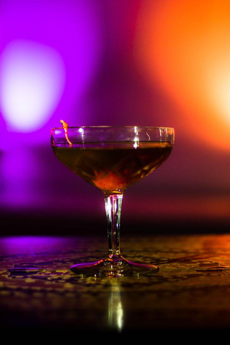 4 cl Bourbon 2 cl Bündner Röteli Dashes Angostura Bitters Im Rührglas auf Eis gut verrühren und in vorgekühlte Cocktailschale abseihen. Mit einer Cocktail Kirsche dekorieren.