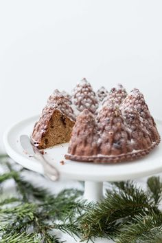In der Weihnachtszeit gibt es so viele Leckereien - wie zum Beispiel diesen Schoko-Marzipan-Kuchen. Das Rezept gibt's auf Frisch Verliebt. // FRISCH VERLIEBT BLOG