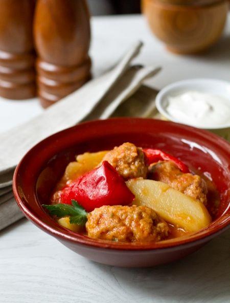 Еще одно домашнее вкусное согревающее блюдо. Фарш для приготовления фрикаделек можно использовать любой по вашему усмотрению – говяжий, свиной, смешанный, бараний и даже из курицы или индейки. Форму тоже можно придать круглую, а не продолговатую – это вообще мелкий нюанс. Прелесть этого блюда заключается еще и в том, что к…