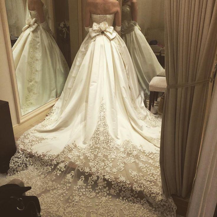 アマレッティレーストレーンバージョン何て名前か忘れましたが同じような色で安ピン取り外しができる別のドレスのトレーンだそうです  #アニヴェルセル#アマレッティ#プレ花嫁#結婚式準備#ロングトレーン#ウェディングドレス試着#takamibridal by kayana_wedding