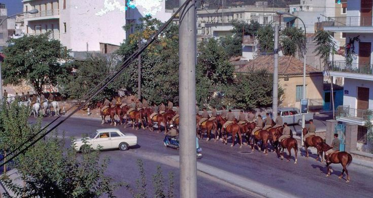 Η Ελλάδα της δεκαετίας του '60 - POPAGANDA Στρατιώτες του Ιππικού στη Μιχαλακοπούλου
