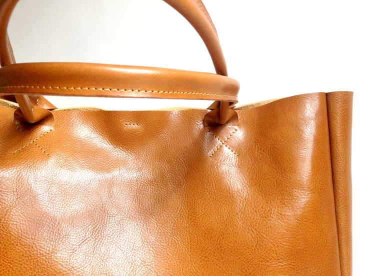 Focus on detail. Camel brown handmade leather bag