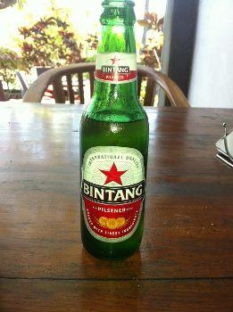 Het feit dat de islam in veel gebieden van Indonesië de overheersende godsdienst is, betekent dat de meeste Indonesiërs terughoudend zijn met het gebruik van alcohol. Toeristen drinken graag het lokale bier, dat in licentie van Europese brouwerijen gebrouwen wordt (o.a. Bintang).