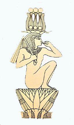 """CORONA ATEF  Questo tipo di corona era riservato ad alcune divinità, in particolar modo Osiride e Arpocrate. Era composta da un paio di corna d'ariete alla base, un disco solare davanti, un """"corpo"""" centrale originato dalla fusione della corona bianca dell'Alto Egitto con il copricapo a doppia piuma di Amon, affiancato ai lati da due piume di struzzo."""