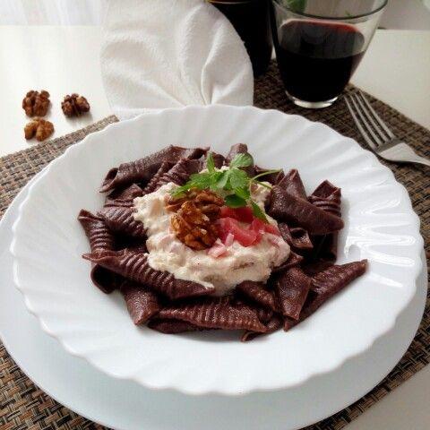 Garganelli al cacao con salsa di noci e pancetta
