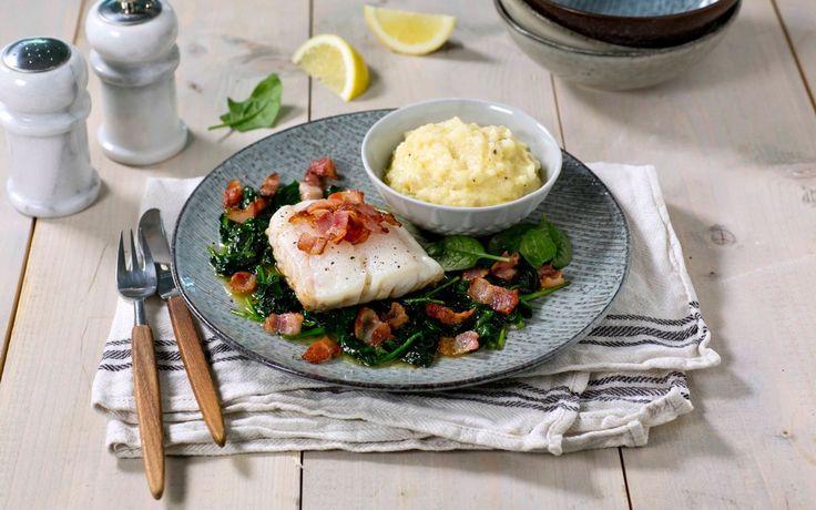 Skrei er i sesong fra januar til april - en spesiell torsk med sitt faste, hvite fiskekjøtt er en fantastisk råvare, og med bacon, spinat og rotmos kommer den virkelige til sin rett.