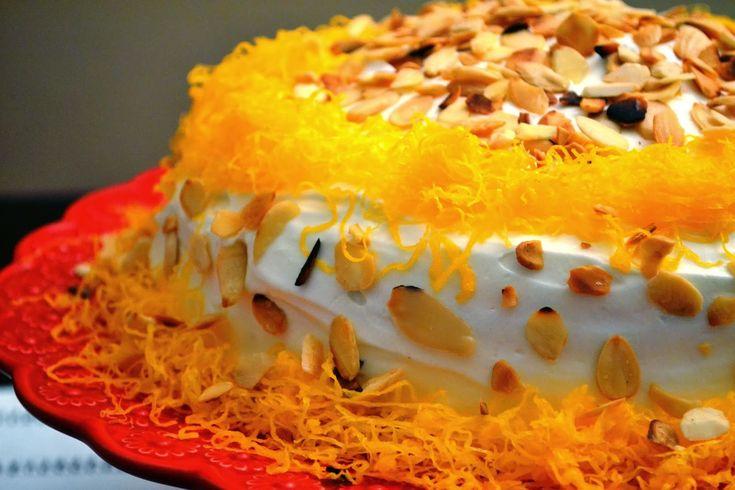 Bolo de aniversário com recheio de creme de pasteleiro e cobertura de creamcheese,amêndoa e fios de ovos