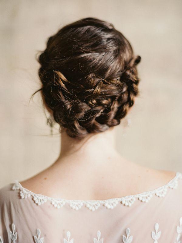 Romántico recogido con trenza espiga · Peluquería: Sarah Miller {Foto, Laura Gordon} #hairstyle #weddinghair #tendenciasdebodas