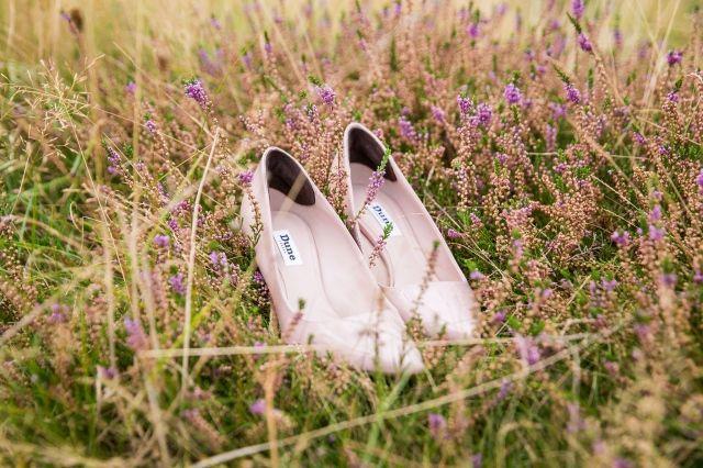 #roze #pumps #bruidsschoenen #trouwschoenen #bruiloft #trouwen #bruiloft #inspiratie #wedding #bridal #shoes #heels #pink #inspiration | Roze bruidsschoenen | ThePerfectWedding.nl | Photography: Vlot Fotografie