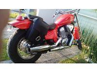 Vendo o Cambio por vehiculo 4 cil hermosa Honda Shadow 600 en color rojo todos sus papeles en regla entrego baja cualquiere prueba que gustes realizarle , su precio 39500 a tratar un poco recibo o doy algo de diferencia al cambio watsap 449859286
