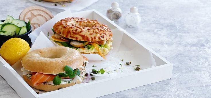 Nu kan du også få vores bagels hos Irma i varianterne plain og chili/cheddar. Her giver Irma en opskrift på bagels med kylling og majscreme.