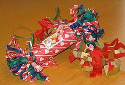 Smällkaramell - en per tallrik - fyll med godis eller presenter och ett skämt/en gåta - till julmiddagen!