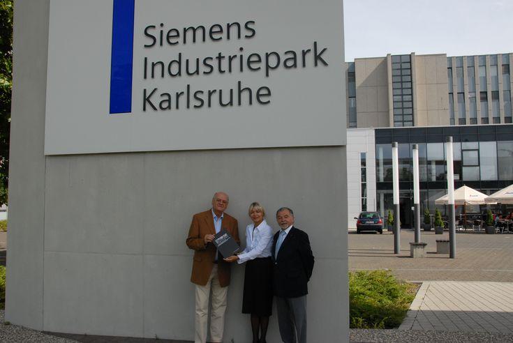 Peter Grimm (li.), Marlies Dyk und Alois Fleig bei der Übergabe im Siemens Industriepark Karlsruhe
