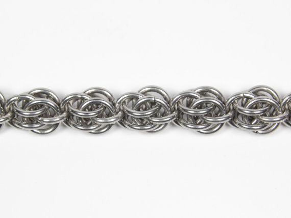 Un su dimensioni chainmaille braccialetto con un intreccio di Sweetpea. Questo bracciale è adatto per uomini e donne. Gli anelli di salto e la chiusura a moschettone sono realizzati in acciaio inox.  Gli anelli sono 17 SWG (1,5 mm) spessore. Il bracciale è 3/8(9mm) di larghezza.  Basta aggiungere la circonferenza interna desiderata del braccialetto o la circonferenza del polso al vostro ordine. È possibile misurare il polso con una reale misura di nastro o con una misura di nastro stampa...