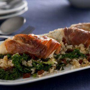 Rødspætte i parmaskinke og ris med lynstegt savoykål opskrift