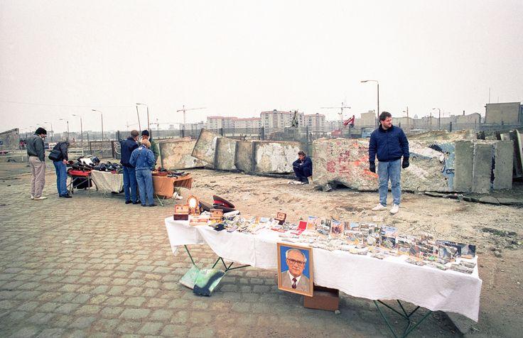 212 Handel op de Potsdamer Platz. Fotoserie; Berlijn voor en na de val van de muur door Johan van Elk