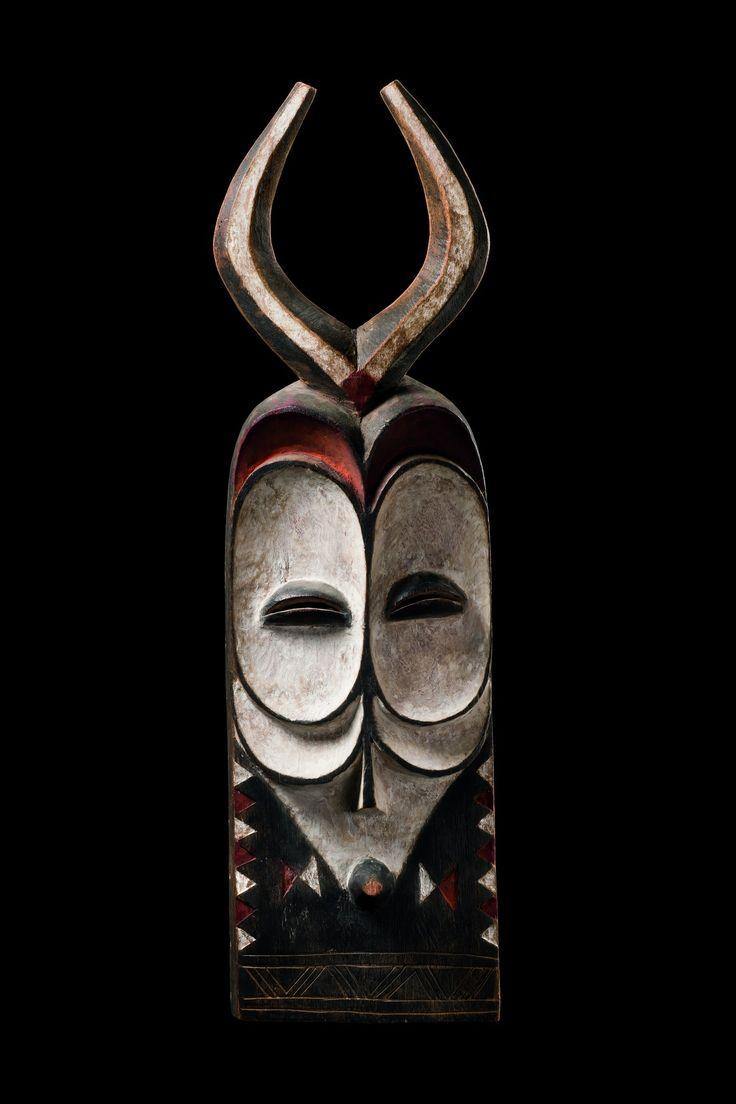Male mask with horns, D.R. Congo, Bembe. Workshop maskers: www.desteenakker.nl