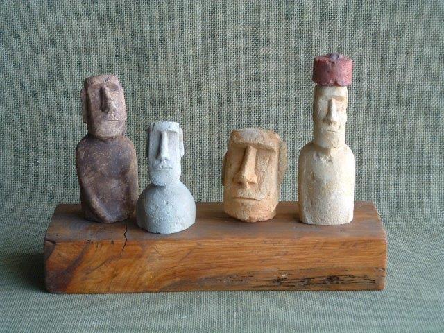 Esculturas Moai en nimiatura de las figuras de la Isla
