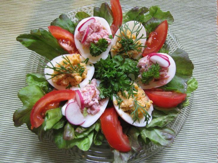 Täytetyt munat ovat oiva alkupala pääsiäisen ruokapöytään. Käyttäjältä peetu1.
