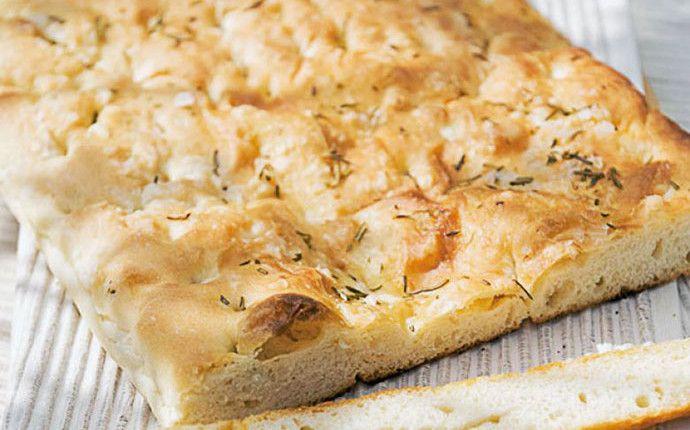 La schiacciata all'olio: dalle eccedenze della pasta del pane, un grande classico toscano