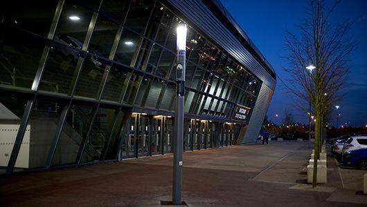 Schréder installeert de 1st verlichtingstoestellen uitgerust met Wi FI in UK. De Shuffle, geïnstalleerd buiten het voetbalstadium van FC MK Dons, is voorzien van lichtmodule 360°, camera module  gericht naar de ingang van de receptie, luidspreker module voor de aankondigingen op wedstrijddagen en Wi Fi module.