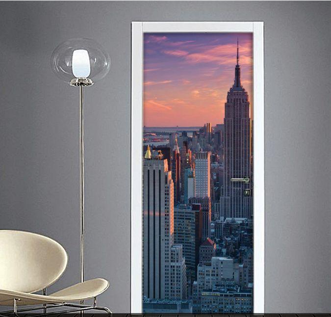 New York Adesivi new york per porte interne, stampati in alta qualità su materiali di stampa non la comune carta e poi plastificati per permettervi una facile applicazione sulla porta. New York nella tua porta? Facilissimo.