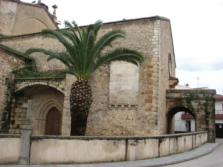 Una de las puertas de la Iglesia de Nuestra Señora de la Asunción del Casar de Cáceres, del siglo XVI, considerada Monumento Nacional.