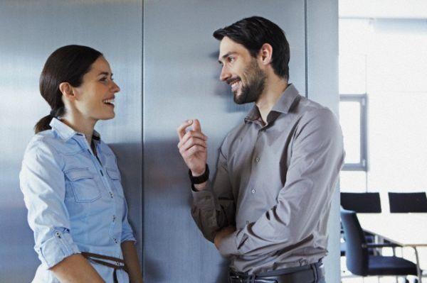El lenguaje corporal en situaciones de la atracción entre dos personas