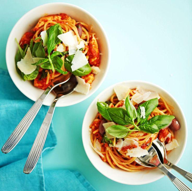 Tulisen kanapastan salaisuus: tuore chilin & soseutetut aurinkokuivatut tomaatit. Niistä muodostuu tomaattimurskan kanssa maukas kastike.
