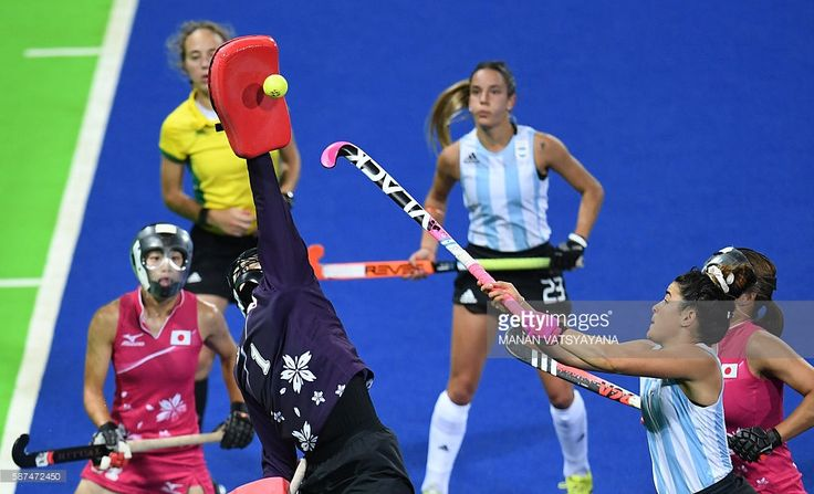 TOPSHOT - Japan's goalkeeper Sakiyo Asano makes a save as Argentina's Maria Granatto (R) tries to score during the women's field hockey Argentina vs Japan match of the Rio 2016 Olympics Games at the Olympic Hockey Centre in Rio de Janeiro on August, 8 2016. / AFP / MANAN