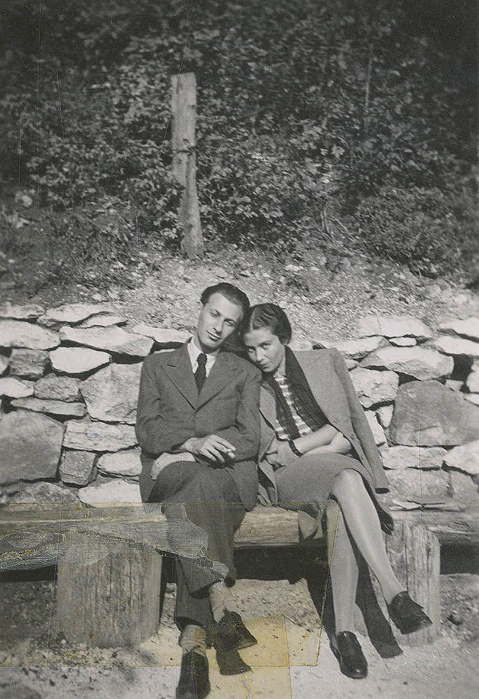 Radnóti Miklós és Gyarmati Fanni a Svábhegyen, az 1930-as évek második felében. A felvételt Gyarmati Fanni unokahúga, Milch Hermina (Hermi) készítette.