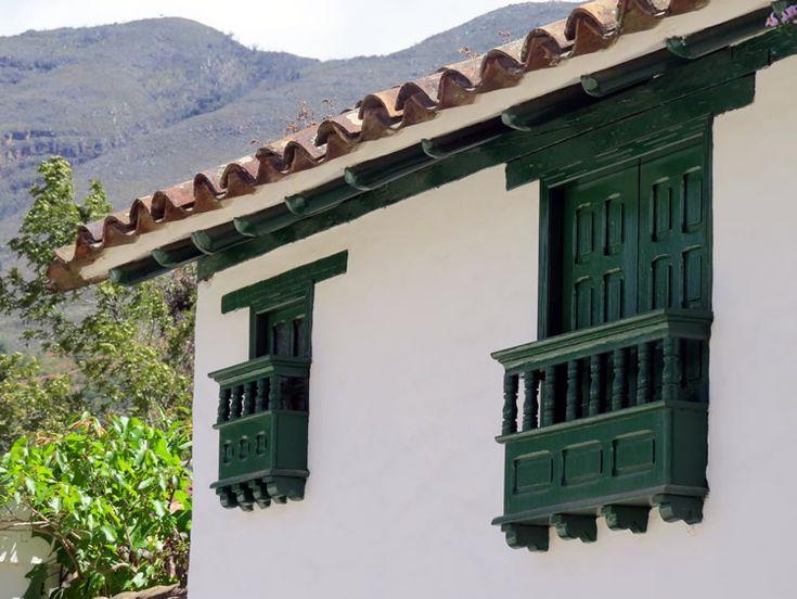 23. Balcones de todos los tamaños son parte de las fachadas de las casas