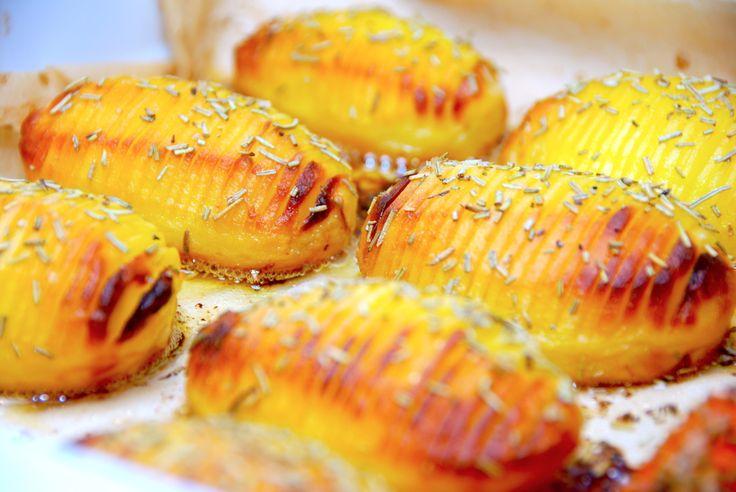 En nem og lækker opskrift på hjemmelavede hasselback kartofler med smør. Kartoflerne skrælles, og pensles flere gange med smør under tilberedningen. Hjemmelavede hasselback kartofler med smør er populært tilbehør til retter med kød, og har været