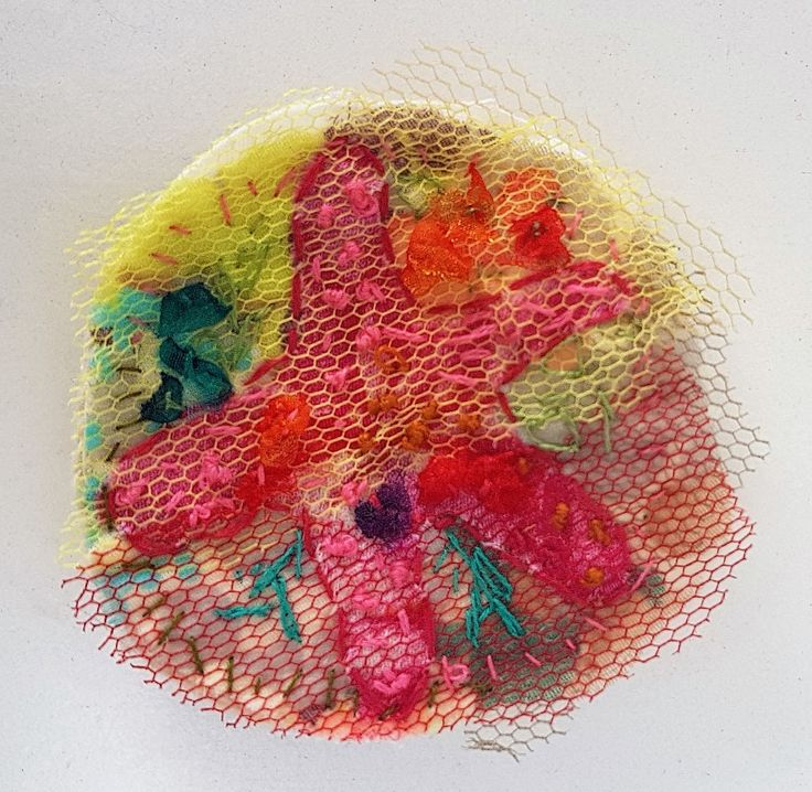 Broche Zeester - katoen, tule en borduurwerk Ø 6,5 cm #textile #recycled textile#embroidery stitch #textile art