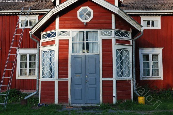 Vanha maalaistalo - vanha talo maalaistalo puutalo punainen ikkuna ovi sisäänkäytävä nostalgia arkkitehtuuri rakennus bondgård hus gård röd arkitektur house archtecture