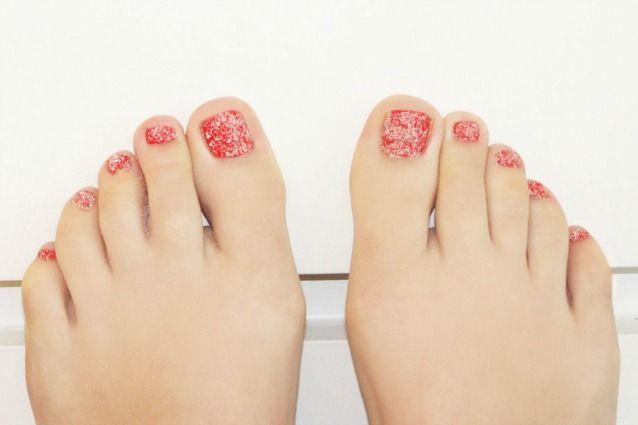 Le unghie della settimana: sandicures, la nail art per mani e piedi ispirata alla sabbia (FOTO)
