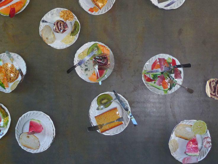 assiettes en cartons, déco découpée dans des prospectus et le mur de la cuisine devient une oeuvre d'art (trouvé lors d'une sortie scolaire dans un château à Négrepelisse).