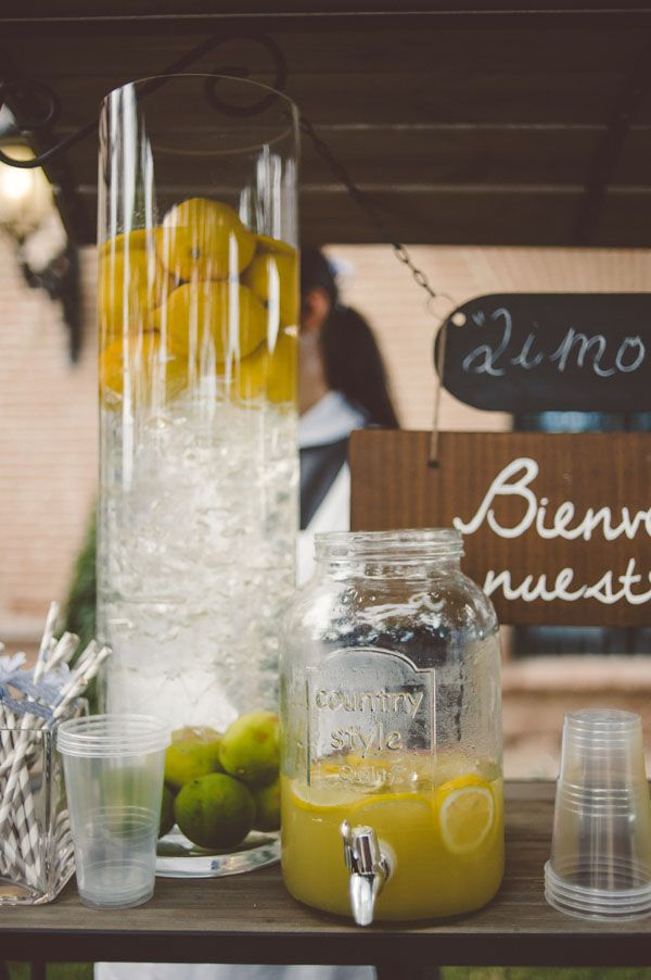 lemonade stand http://weddingwonderland.it/2015/07/10-must-have-per-un-matrimonio-estivo.html