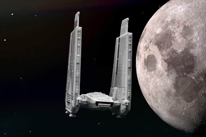 fotocomposição com foto real da lua e miniatura de espaço nave do filme Start Wars