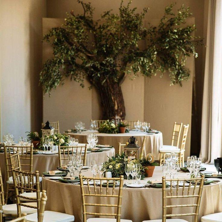 Оформление зала ресторана в рустикальном стиле. Для создания атмосферы природности, натуральности мы использовали льняные скатерти, деревянные фонари , спилы в качестве гостевых карточек