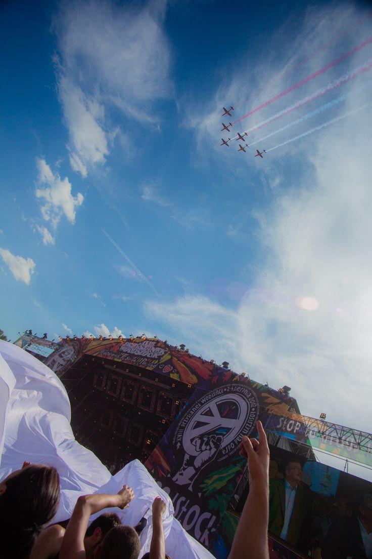 Podczas rozpoczęcia Przystanku Woodstock rozwinęliśmy flagę, a nad nami przeleciały Iskry!  Fot. Paweł Wołochowicz