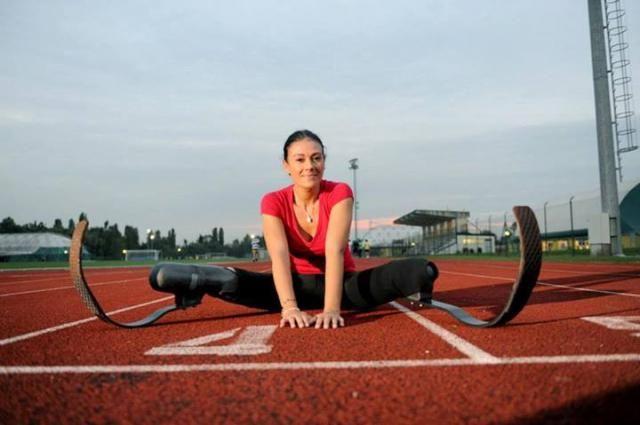Giusy Versace. Atleta paralimpica italiana. Cinque anni dopo un grave incidente stradale che le fa perdere entrambe le gambe, inizia a correre con delle protesi in carbonio, diventando la prima atleta donna italiana a correre con doppia amputazione agli arti inferiori. Nel 2011 ha fondato l'associazione Disabili No Limits Onlus.