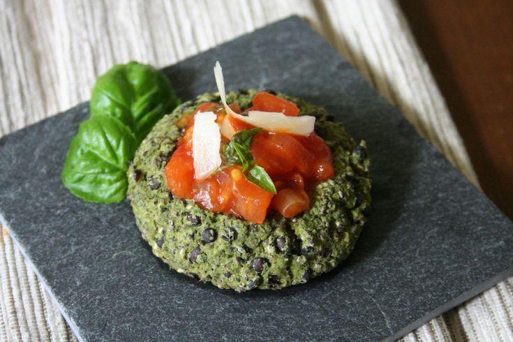 Brokolicové koláčky s ricottou a chia semínky s rajčatovým ragú