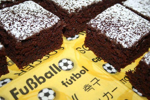 Neue Runde, neues Spiel - ich brauchte einen schnelle Kuchen, der für viele reicht. Das schafft man am einfachsten mit einem Blechkuchen Der Teig eignet sich übrigens auch super für Muffins. Nehmt ...