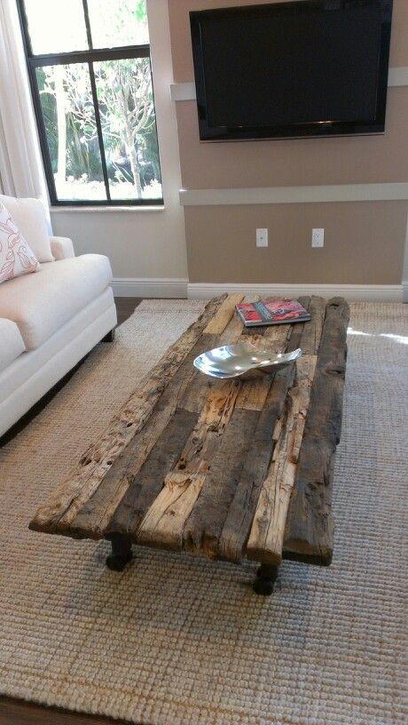 rustikaler Couchtisch aus wiederverwendetem Holz