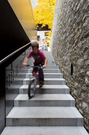 Dorfhaus St. Martin im Passeiertal, Architekt Andreas Flora, Treppe zum Untergeschoss