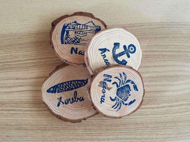 Posavasos de madera con inspiracion marinera en Galicia. Xouba, necora, nasa y ancora. Marisco y artes de pesca gallegos.