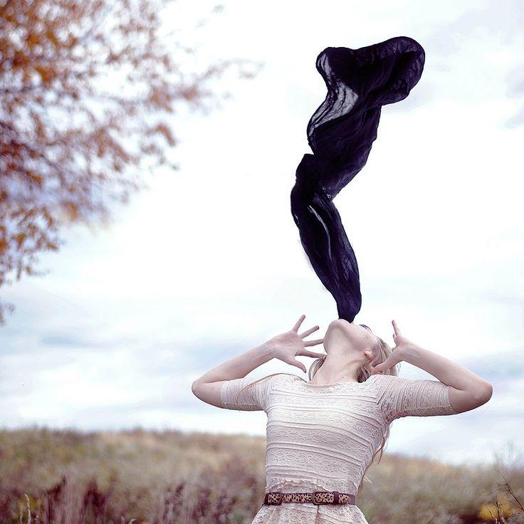 Les autoportraits surréalistes et puissants d'une jeune fille de 20 ans Elle s'appelle Rachel Baran, elle à 20 ans et c'est une jeune photographe américaine qui a un talent incroyable. Elle crée des portraits surréalistes avec des styles et des inspiratio