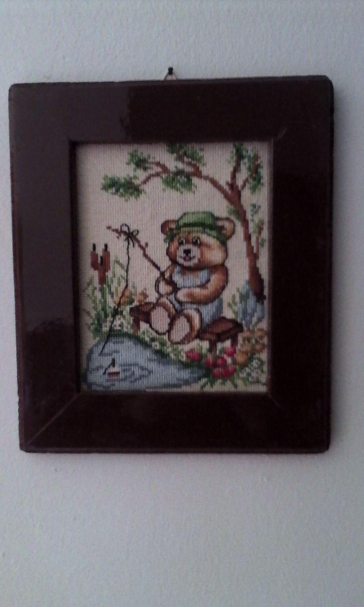 Das Bild wurde von meiner Frau gestickt und von mir in einen Rahmen gefaßt. Der Rahmen ist ein Stück Restholz ( Leiste ca.4,5 cm breit), der äußere Rand wurde mit einem Kegelfräser angefast.,dann geschliffen und gespachtelt (wegen der Nagellöcher) vorgestrichen und braun lackiert.