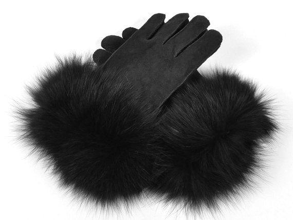 Handmade black sheepskin gloves for women with fox fur.  #fox fur #black gloves #Fur accessories #guantesdezorro #guantes negros #Fur accesorios